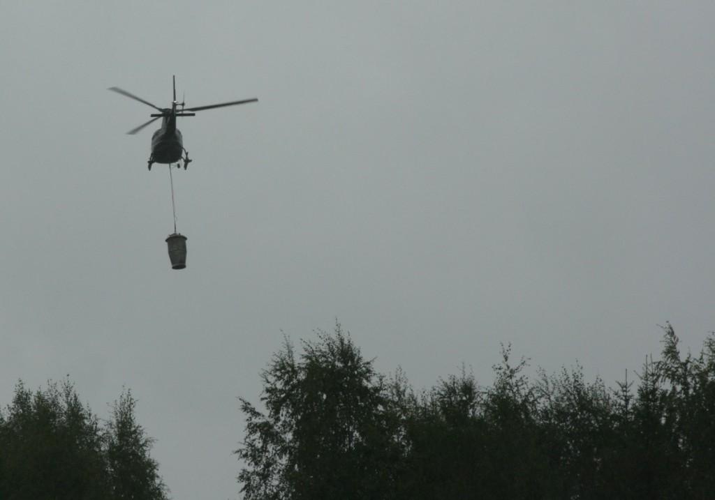 HelikopteriIlmassaLannoitteenKanssa