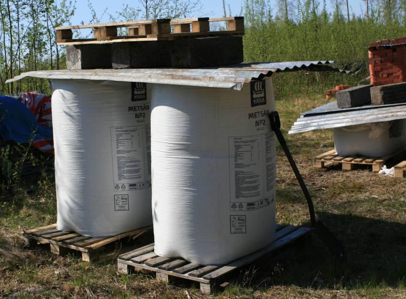 Yaran Metsän NP2 650kg lannoitesäkkejä kattopellin alla